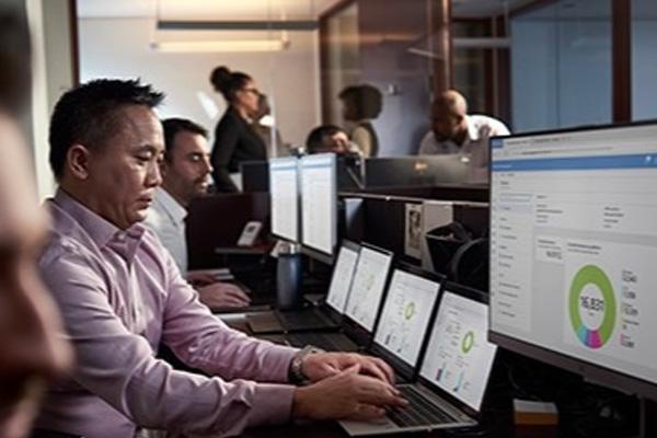 Hombre trabajando en la oficina en una notebook Windows