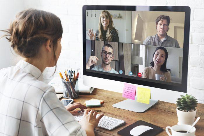 Personas teniendo una videoconferencia de trabajo