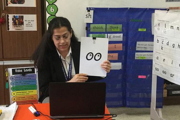 Mujer brindando clases virtuales