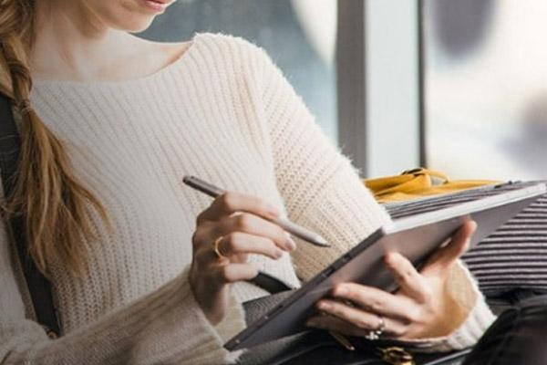 Mujer utilizando una tablet táctil de Windows