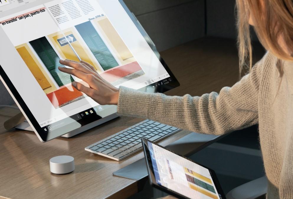 chica trabajando en una pantalla touch microsoft